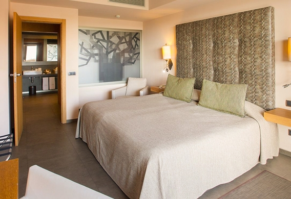Interior-habitacion-cama-doble-Junior-Suites-Lopesan-Baobab-Resort_edited.jpg